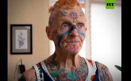 Anciano ruso luce su cuerpo tatuado