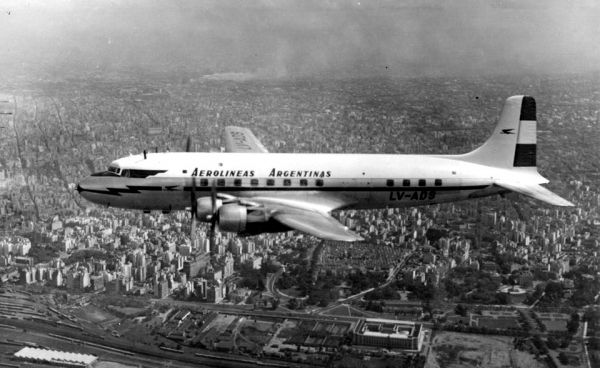 Avión Douglas DC-6, sobrevolando la Ciudad de Buenos Aires, años 50 (foto: Archivo General de la Nación).